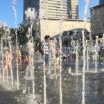 みなとみらいグランモール公園の噴水で水遊び