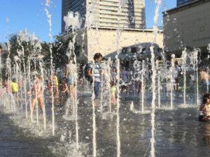 グランモール公園の噴水で水遊び